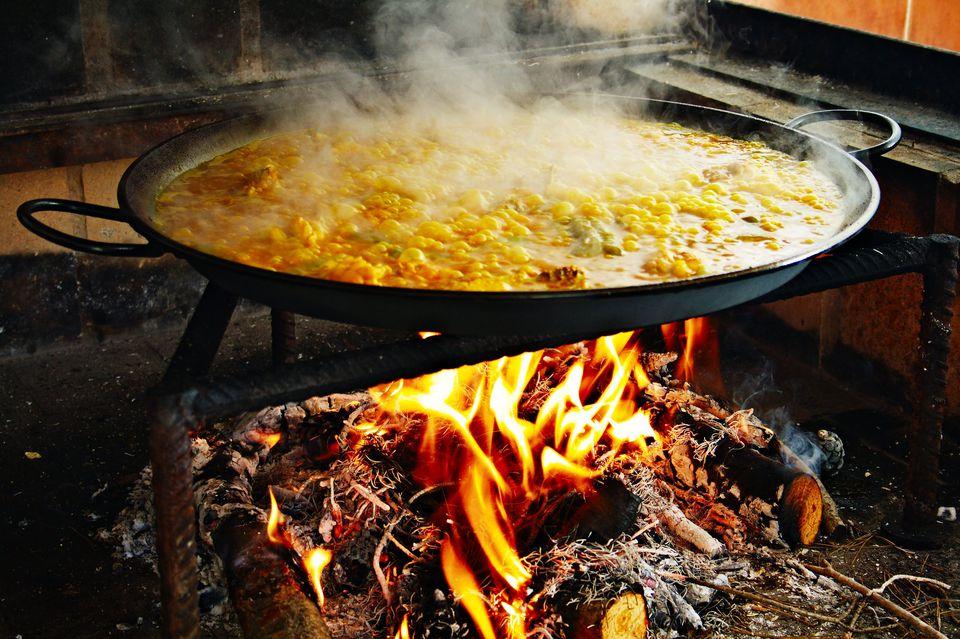 Paela kuva preko otvorene vatre
